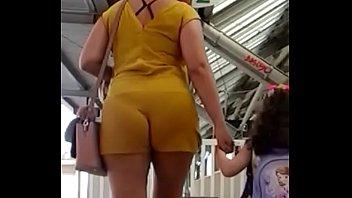 mulher subindo escada com rabo gostozo e cueca.