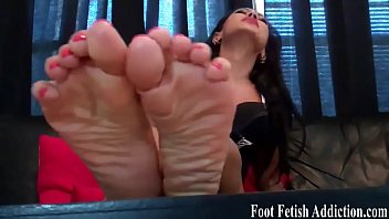 Worship my feet and suck on my toes