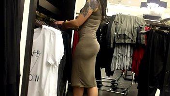 asiatica que atiende en las galerias de ropa.