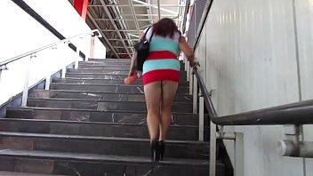 subiendo las escaleras en el metro