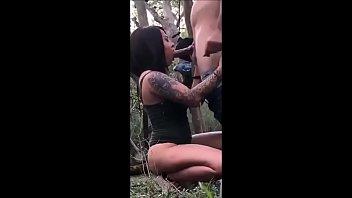 Tatuada Boqueteira Foi Com Seu Parceiro Pra Um Terreno Abandonado E Fez Um Sexo Oral Muito Sexy No Tarado