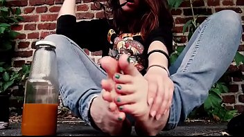 Cams4free.net - College Student Studies Barefoot