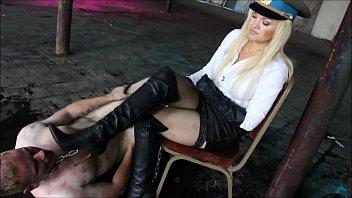 Ama hace lamer la suela de sus botas a esclavo.