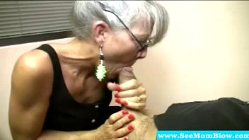 mature mommy with spex deep-throating pipe
