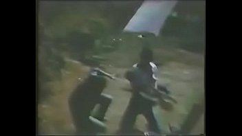 Venganza sexual01 La esposa y cu&ntilde_ada de Samoa son atacadas por una pandilla de bandidos.