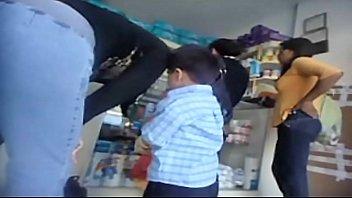 rico caboose en jeans en farmacia
