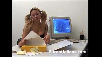 incesto italiano  biondina tettona succhia cazzo grosso.